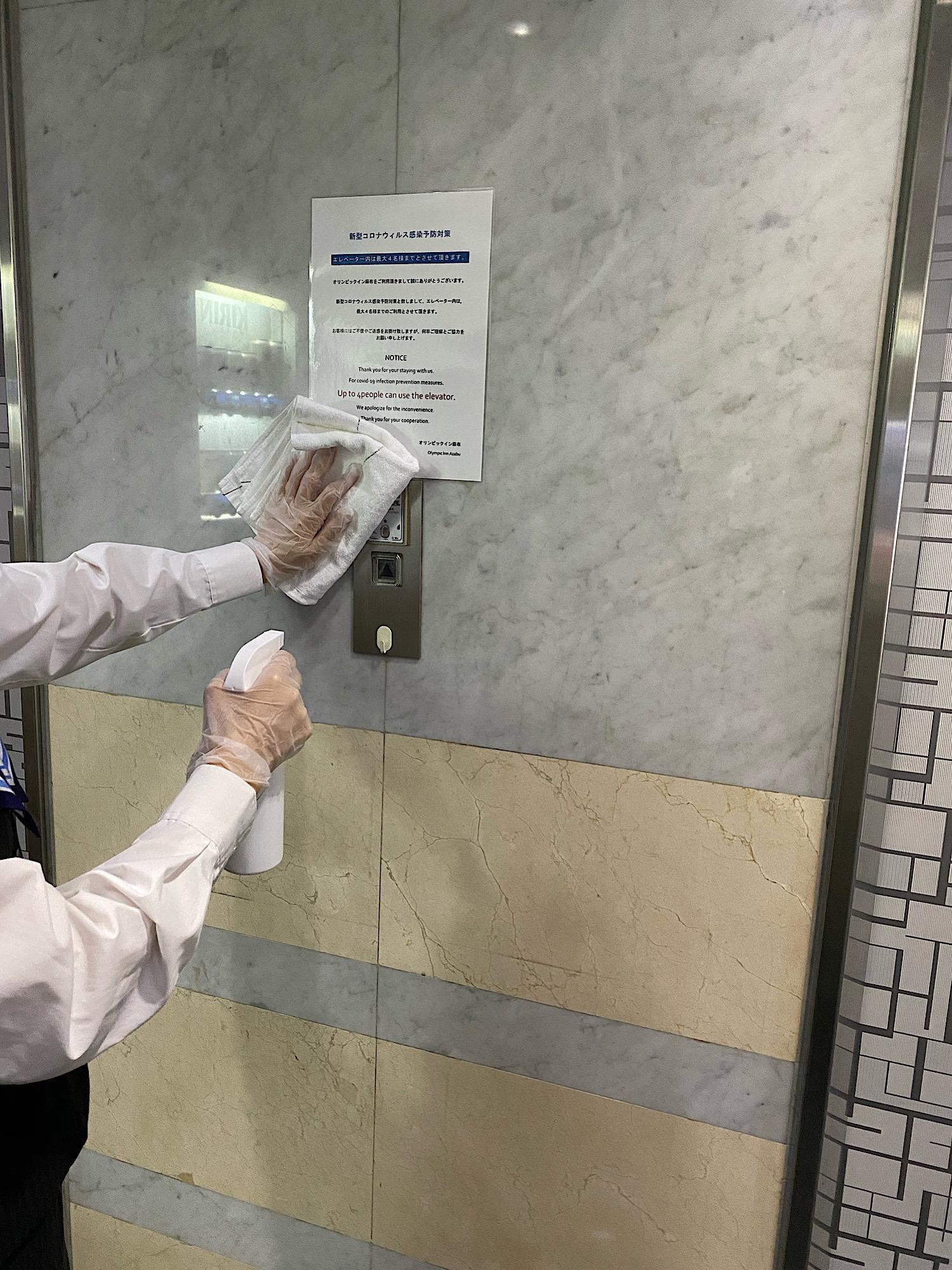 エレベーターを消毒